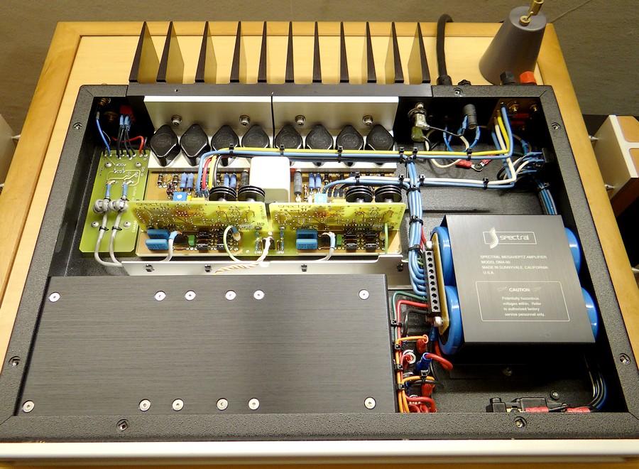 シールドされたトランスや出力トランジスタの冷却、中空配線などロジカルの設計。