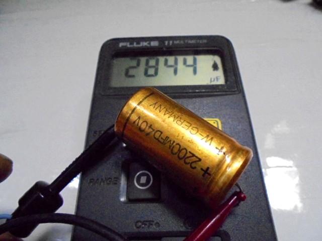 KRELL_KRS-_2__メインボードの古尾コンデンサー容量測定写真、2200μFが2844μFとかなりの劣化が確認できます