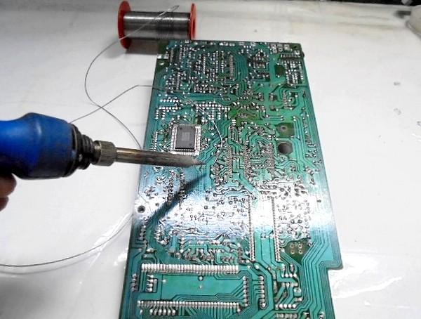 PCB基板のロジックICが数個NG。目視ではわからないくらいのハンダ・クラックが多数。