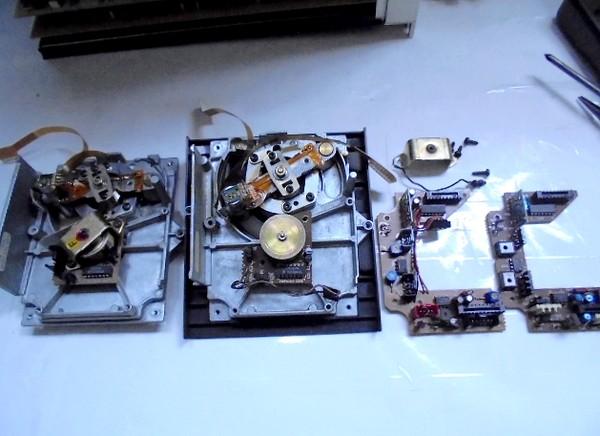 右側が新品未開封だったCDM1の経年劣化した電素パーツを交換したドライブメカ