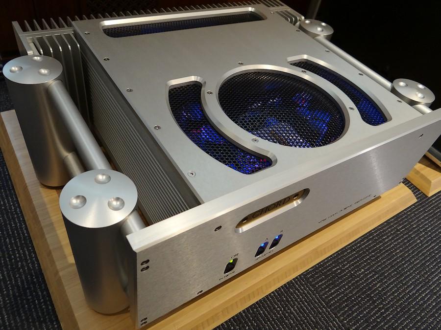 Chord SPM1200E 定価¥1,749,600. 販売価格¥628,000.  外観:+A   動作保証6か月  スピーカーが消える。空間に浮かぶ音。駆動力。3要素を満たしたパワーアンプ!航空機電源部開発者、ジョン・フランクスのパワーアンプChord SPM1200E。