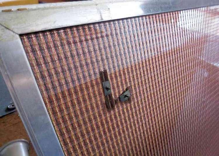純正グリルの裏面:オリジナルシグネチャー&Fendr金糸グリル