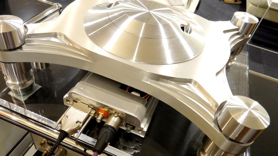 デジタル出力:AES/EBU XLR(110Ω、5.0V)×1、同軸BNC(75Ω、1.6V)×1、光ST(AT&T)×1