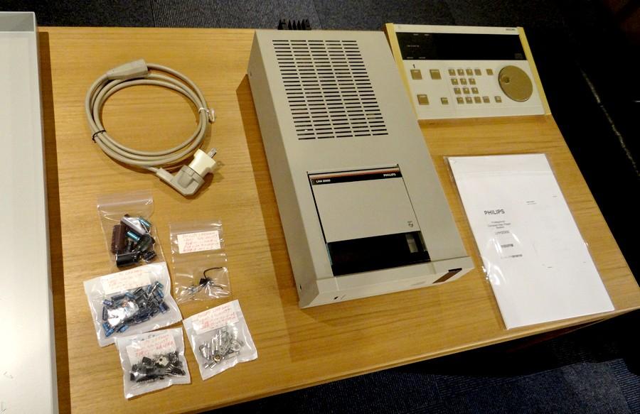 ケミコン約50個、IC32個、ダイオード8個など100個程の劣化パーツを交換したPHILIPS LHH2000