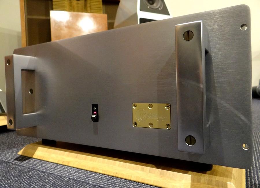 krell ksa100 ブルーアルマイト仕上げ。フロントパネルに映り込みがあります。