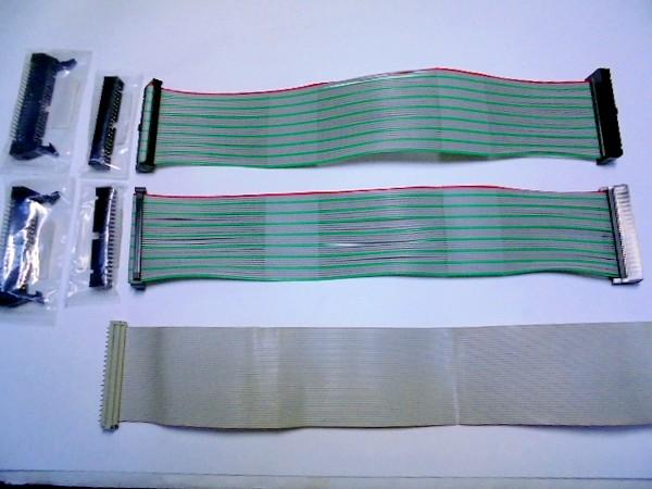 操作基板とメイン基板との接続ケーブル(下)。上の2本は新規製作品