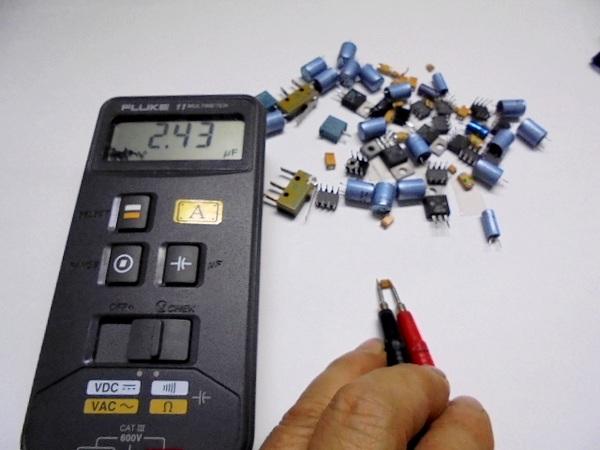 修理 STUDER D730MK2の測定中の表面実装パーツ(一部)