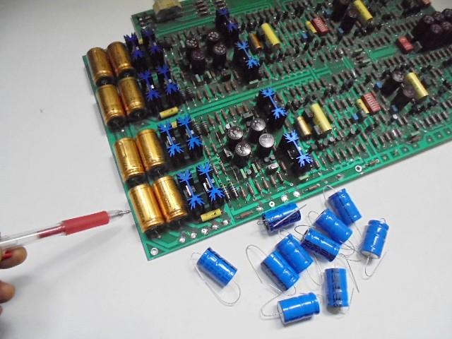KRELL_KRS-_2__メインボードのここの金色のコンデンサーを交換いたします。