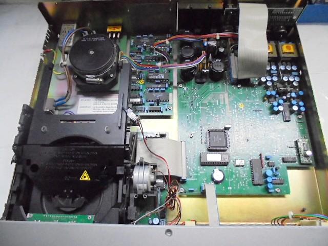 D731_内部全体写真_電源部のコンデンサーは、日本製品を2個だけしか交換しておりません。 (1)