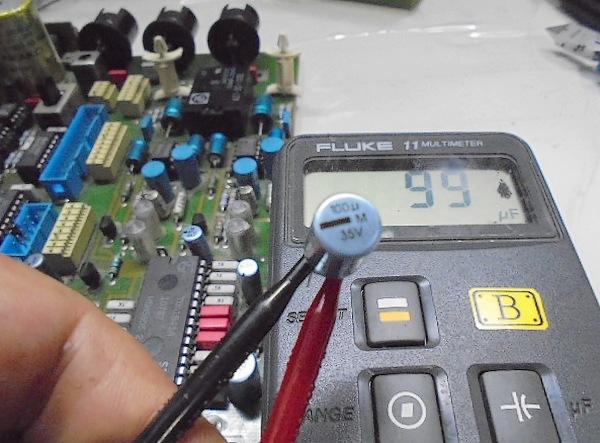 これから取り付ける新品 電解コンデンサーの容量測定写真、100μFが、99μFとほぼ100μFでOKです。