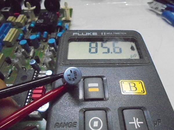 中古A730_の電解コンデンサーの容量測定写真、100μFが85.6μFと容量ぬけがあります