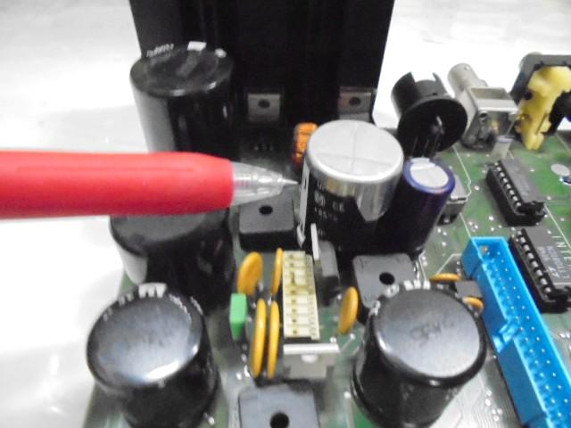STUDER D730電源部のコンデンサーの被覆に損傷あり。