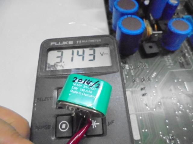D730_古い電池の電圧測定中写真、3_6V基準が3_1Vと電圧が低下しておりました。