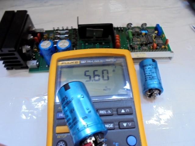 LHH2000_電源部コンデンサー容量測定中写真(4700μFが、5600μFと、かなりの劣化があります)