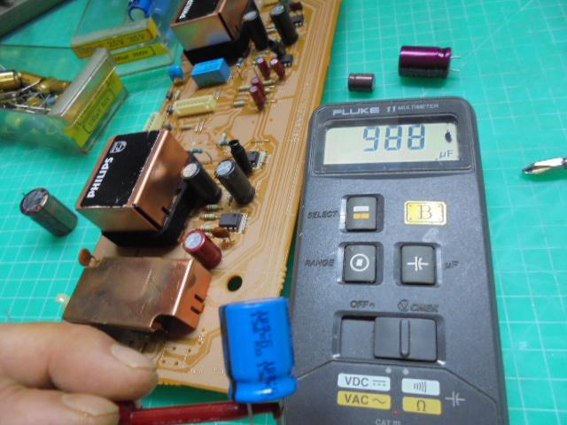 アナログ出力部の新品の電解コンデンサーの容量を測定中。