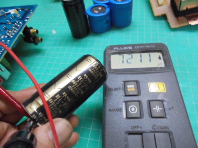 PHILIPS_LHH700_電源部の古い電子パーツの容量測定中の写真です。