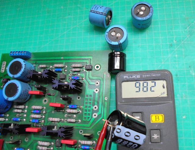 Wadia2000_電源部の古いコンデンサーを測定中の写真です。