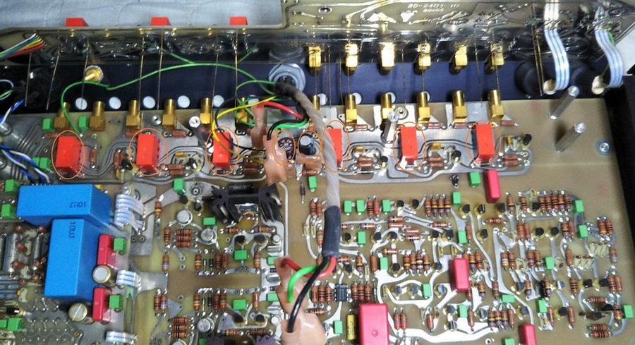 Mark Levinson No.26L |マザーボードからドーターボードの2階建てになっている基板を外したところ。隠れている部品のコンデンサーやリレーが劣化しています
