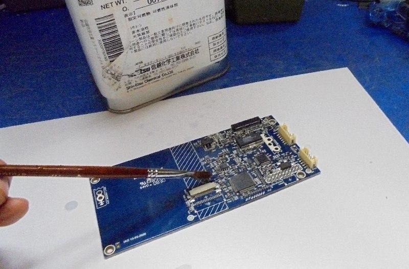 メインPCBのICその他の酸化を取り除くために特殊なシリコンを添付。導通がよくなります。